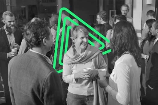 Pessoas conversando e realizando networking