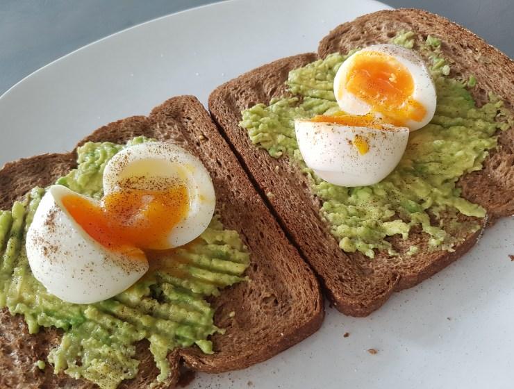 toast met avocado en ei