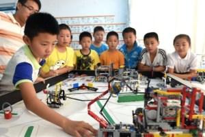 Escuela estadounidense respaldada por Zuckerberg enseña codificación con kits de robótica diseñados por hijo de un granjero chino