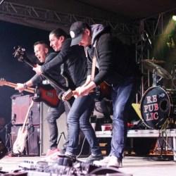 Trupa Republic canta la festivalul Vándorcsizma