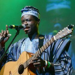 Ezé Wendtoin din Burkina Faso sustine un concert la Festivalul Verzei