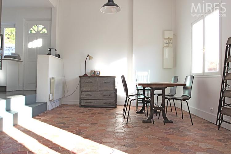 Tomettes Mobilier Vintage Et Murs Blancs C0671 Mires Paris