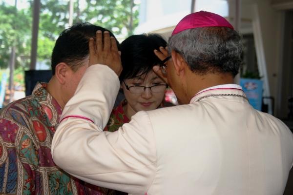 Berkat Uskup Bogor kepada pasangan pasutri di Paroki Kosambi usai Misa Gotaus November 2014