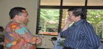 Bapak Budi Sutedjo (Kanan) dengan RD. Kamilus (kiri) sedang berdikusi tentang Judul Buku dari peserta yang sedang mengikuti workshop Menulis