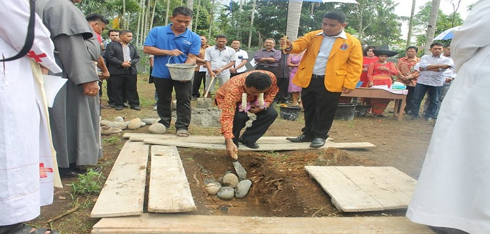 Dirjen Bimas Katolik Kementrian Agama RI, Bapak Eusebius Binsasi melakukan peletakan batu pertama asrama (Dok. STP KAM)