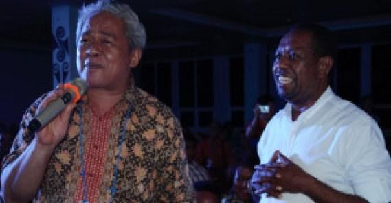 Mgr. Hilarion Datus Lega menyanyikan lagu 'Aku Papua' (Foto: Abdi - Dok. KWI)