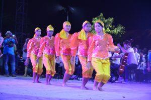 Atraksi budaya OMK Keuskupan Agung Makassar pada malam budaya IYD 2016 di Manado (2)