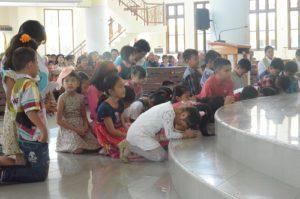 Anak SEKAMI HKY Karombasan sedang membawakan doa untuk IYD 2016