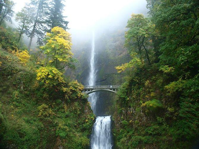 Водопад Малтнома-Фолс (Multnomah Falls) в штате Орегон, США