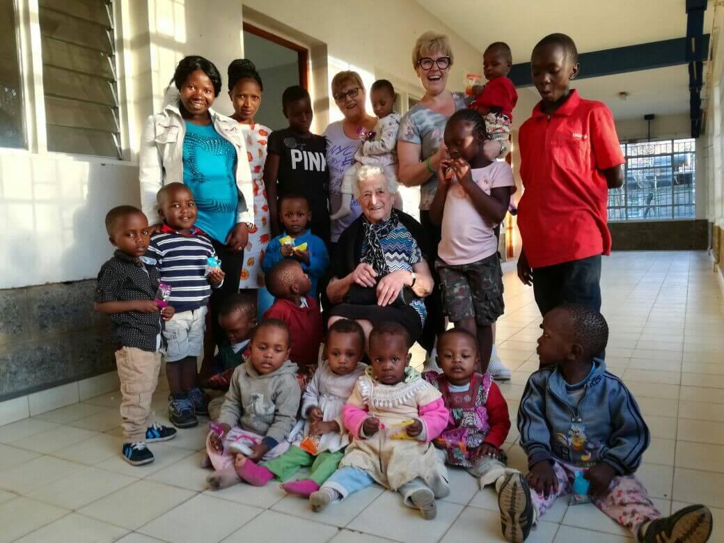 Baka sa 93 godine otputovala u Keniju kako bi pomagala djeci u sirotištu