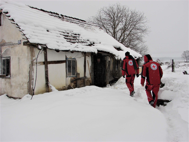 U službi humanosti: Starijima čiste snijeg, pripremaju drva i dostavljaju pomoć