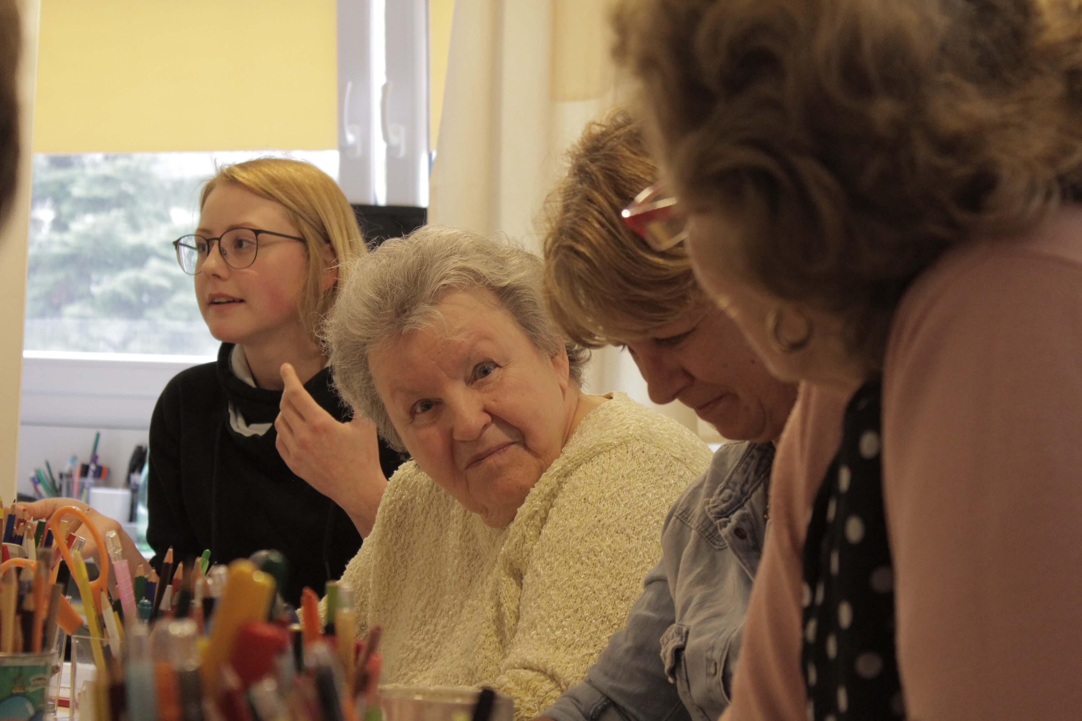Baka projekt – Ivana pomaže bolesnoj baki kako zna i umije te potiče druge unuke da se na nju ugledaju