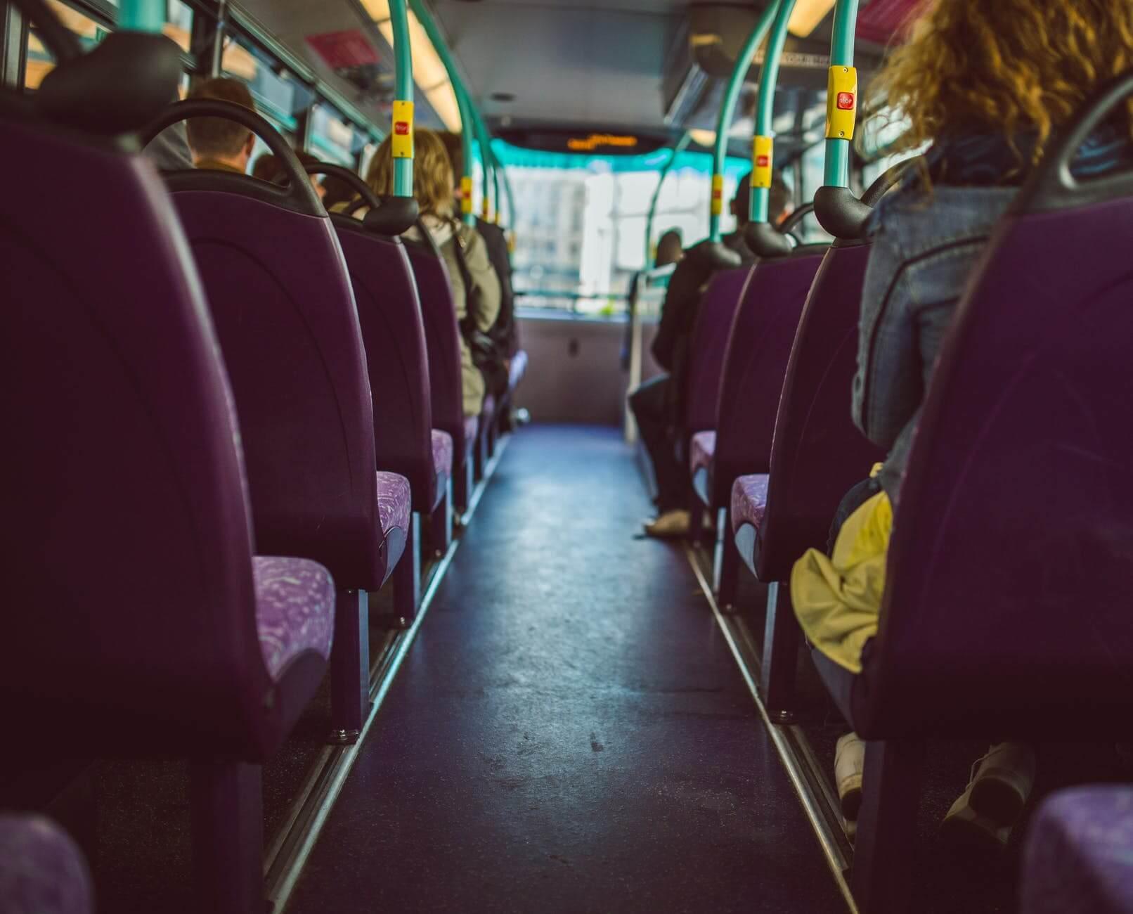 Stručnjak za bonton: Sva djeca starija od pet godina starijima trebaju ustupiti mjesto u prijevozu