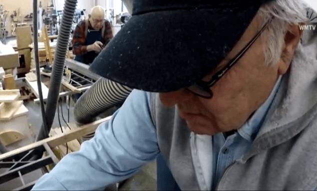 Umirovljenici pomažu Djedu Božićnjaku napraviti igračke za djecu