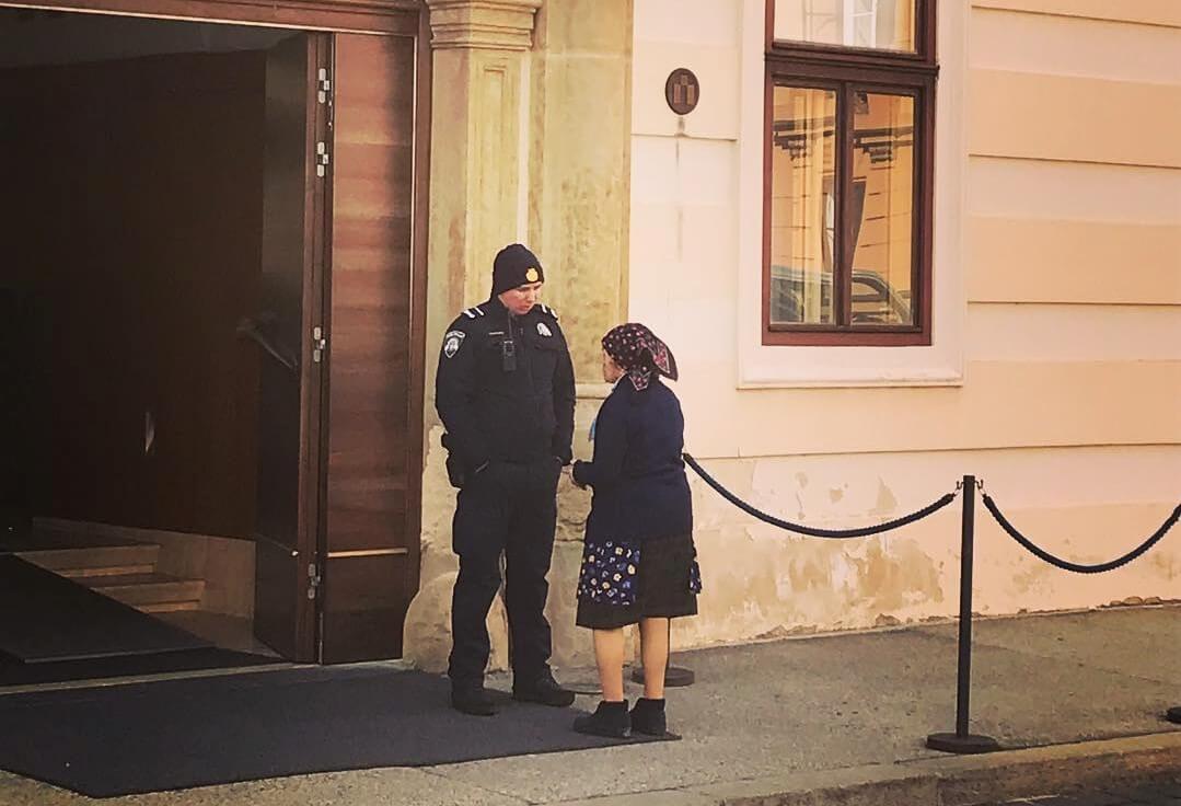Baka došla na Markov trg tražiti telefonski broj od premijera