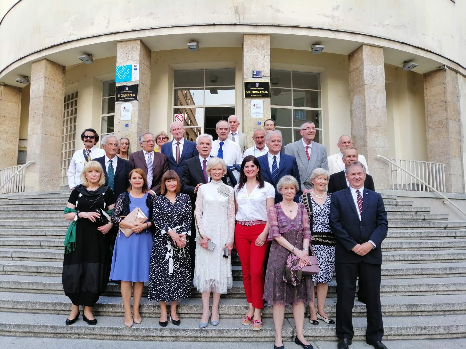 Fotka s čuvenih stepenica: Gimnazijalci proslavili 50. godišnjicu mature