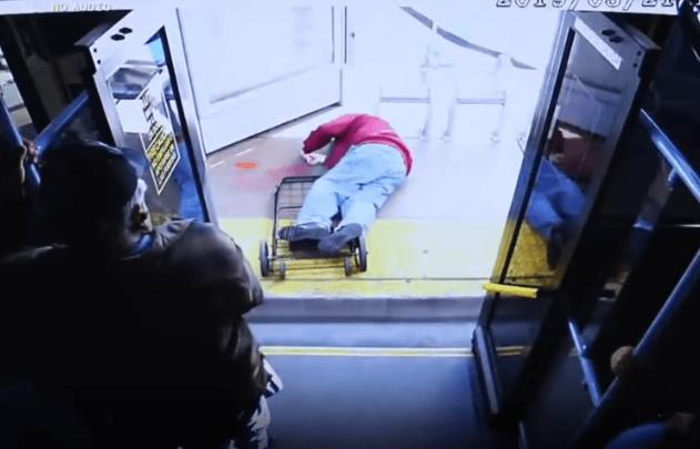 [VIDEO] Uznemirujuće: Žena gurnula starijeg gospodina iz autobusa, umro je