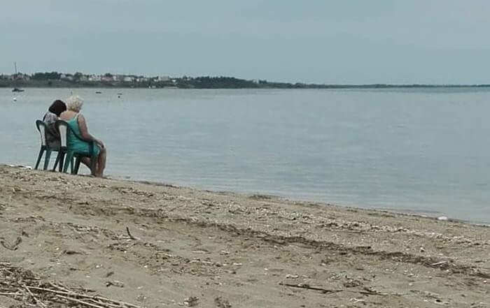 Umirovljenica donijela stolac na plažu pa uz ćakulu ohladila noge u moru