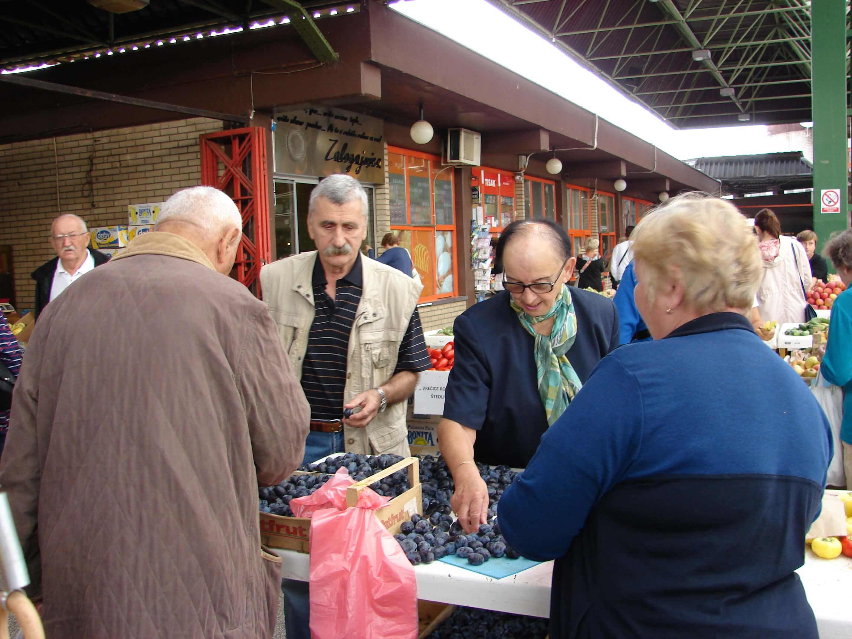 Umirovljenici pohrlili na tržnicu: Šljive po šest kuna, jabuke četiri…
