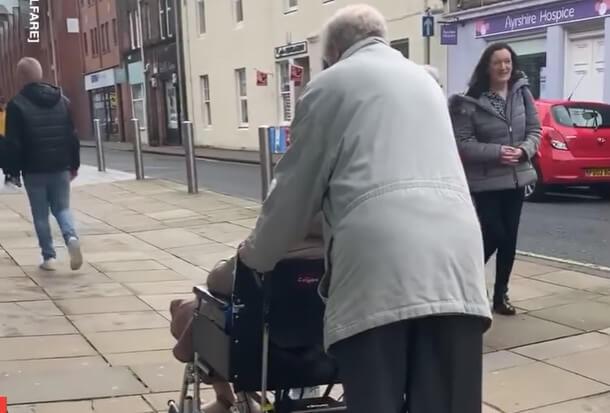 [VIDEO] Umirovljenik smislio kako putovati po gradu sa ženom koja je u kolicima