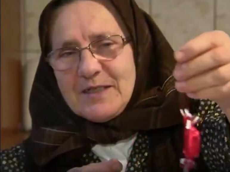 Tri bake pokazale kako su se nekada ukrašavala božićna drvca