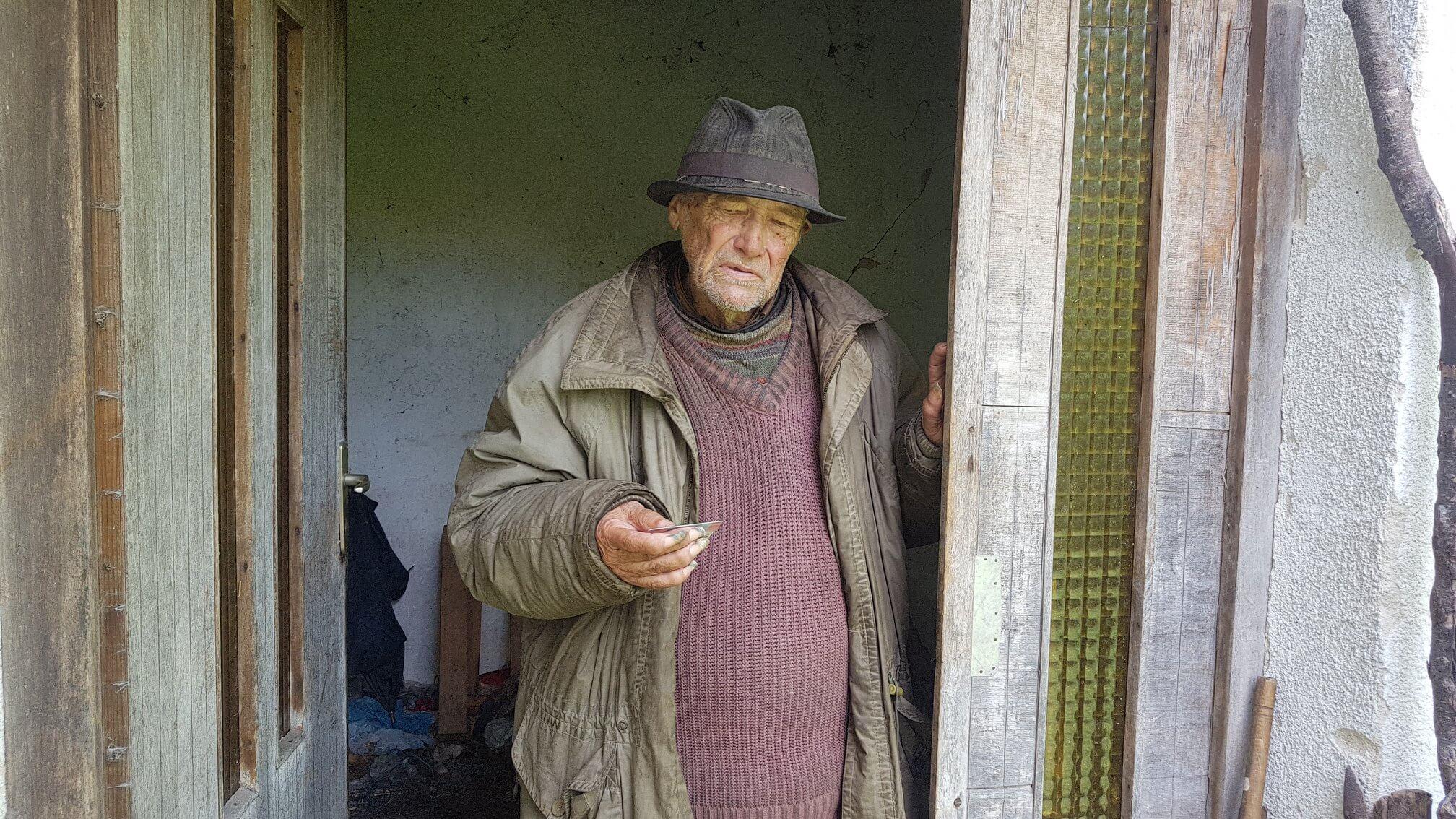 Deda Mile živi na socijali, skuplja boce, a u kući nikada nije imao struju!
