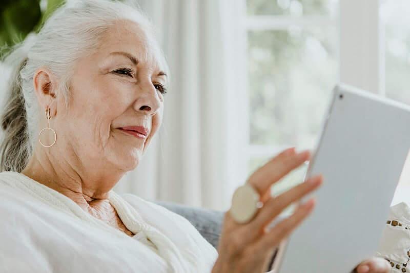 Volonteri će umirovljenike podučavati kako obaviti video poziv