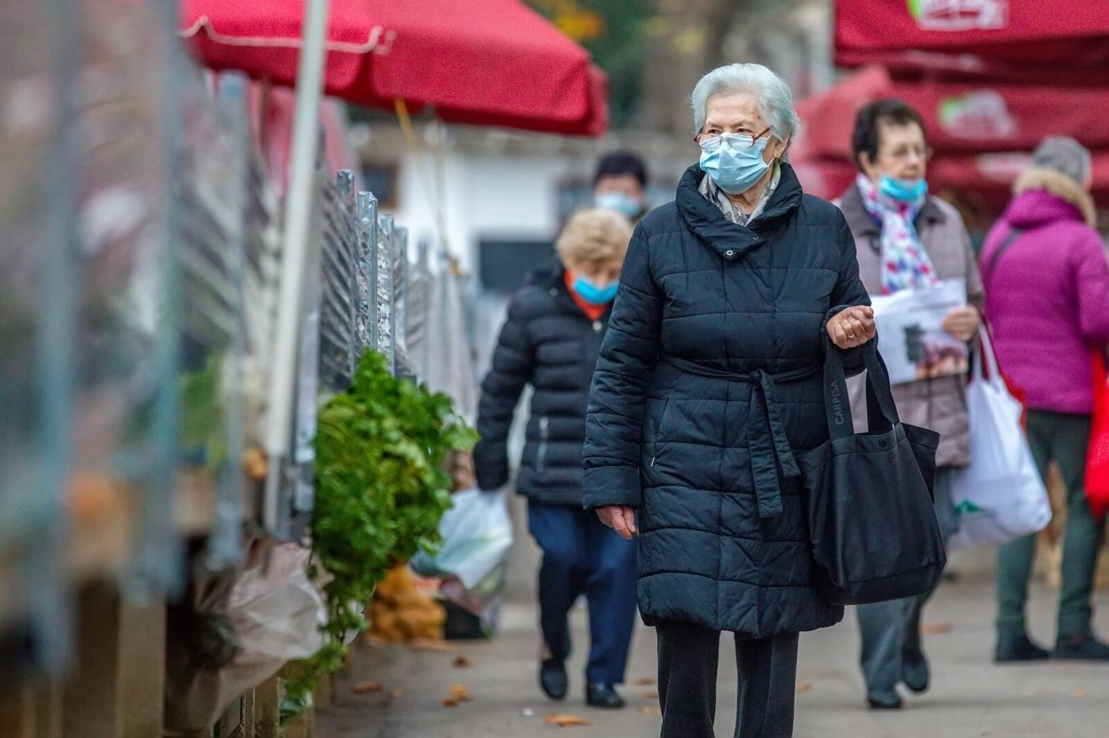 [FOTO] Odgovorna nabavka za Božić: Umirovljenici s maskicama pohrlili na tržnice