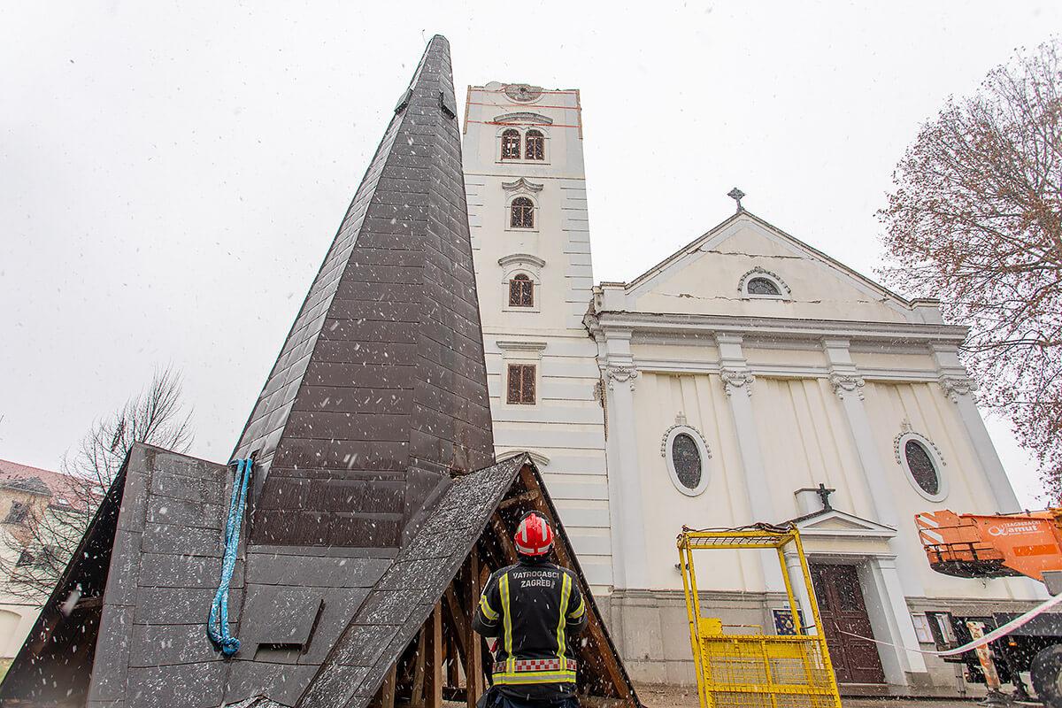 [FOTO] Skinut krov u potresu teško oštećenog zvonika sisačke katedrale