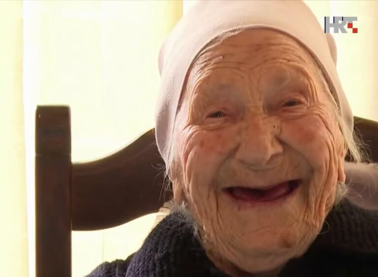 Nana Rita ima 105 godina, vesela je i bistra, a voli dobru hranu i bevandu