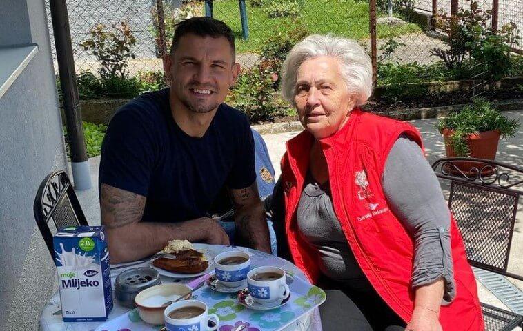 Lovren nogometnu pauzu iskoristio za posjet baki, ona ga dočekala s omiljenom slasticom