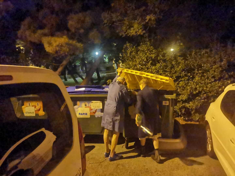 Umirovljenički par svaku večer obilazi kontejnere: Skupljaju boce, ona nema mirovinu
