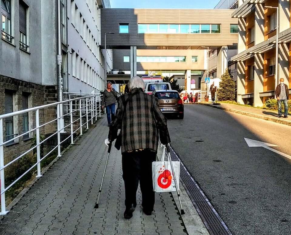 Baka na štakama zbog prosvjednika morala hodati do ulaza u bolnicu Rebro