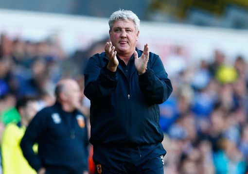 LONDON, ENGLAND - MAY 16: Steve Bruce manager of Hull City applauds the fans after the Barclays Premier League match between Tottenham Hotspur and Hull City at White Hart Lane on May 16, 2015 in London, England. (Photo by Julian Finney/Getty Images)