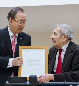 Secretary-General Ban Ki-moon giving an award to Jean Gazarian