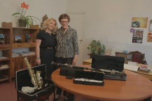 - Principal Diana Hovhannisyan and Muriel Mirak-Weissbach with the new wind instruments