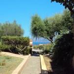 Il giardino del Villaggio Li Ligni Bianchi, vista mare