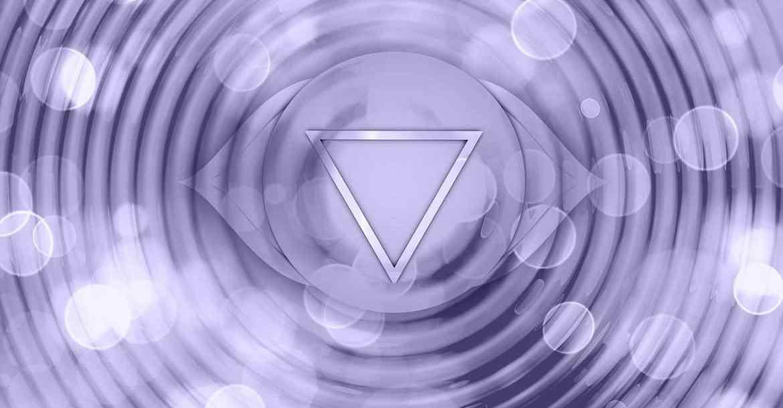 Le chakra du 3ème oeil est le chakra lié à la maîtrise, à l'intuition et au savoir. Il est représenté par la couleur indigo.