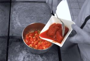 Schalotten in Olivenöl anschwitzen. Danach die frischen Tomaten und die Dosentomaten dazu geben.