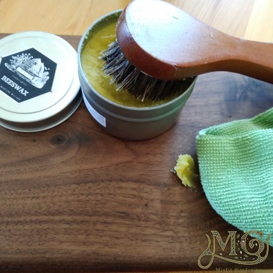 Wie machen Bienenwachs Möbel polieren