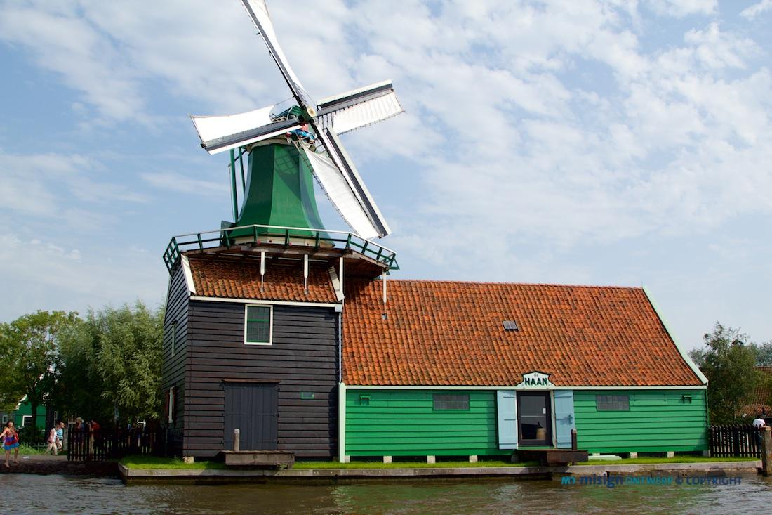 """Hollandse windmolen """"De Haan"""" aan de Zaan in Zaamdam, Noord Holland. Ook specerijen molen """"De Huisman"""""""