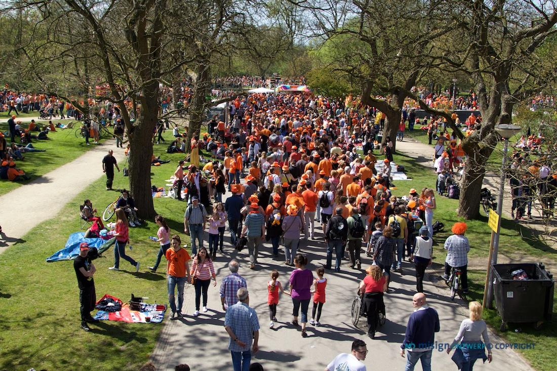 Duizenden feestgangers op Koninginnendag 2012 in het Amsterdamse Vondelpark