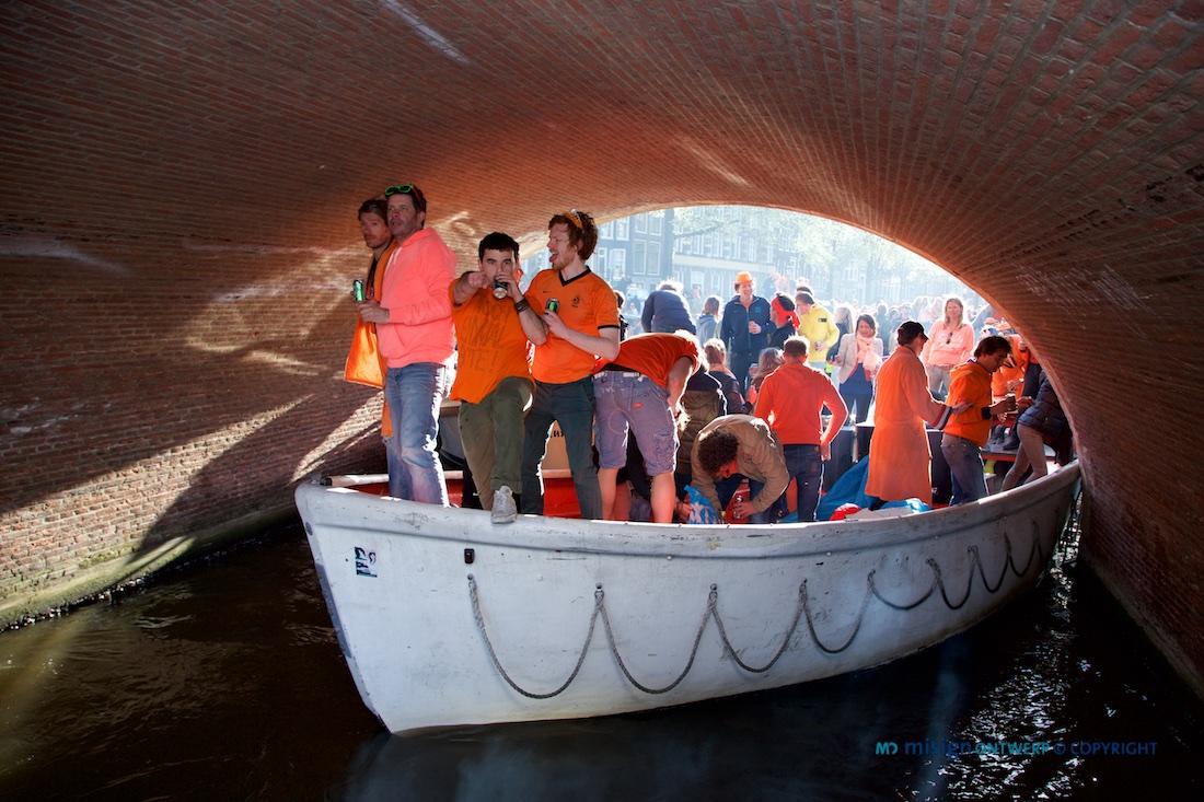 Partyboot onder een brug met Koninginnedag 2013 in Amsterdam - © misign ontwerp