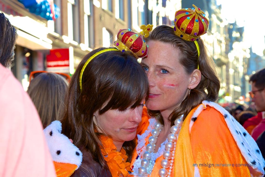 2 vrouwen verkleed met Koninginnedag 2013 in Amsterdam - © misign ontwerp