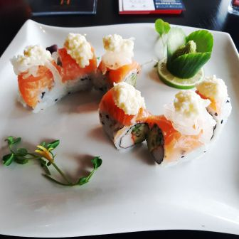 Apple Mayo Roll (Fresh Salmon with Homemade Apple Mayo on California Roll)