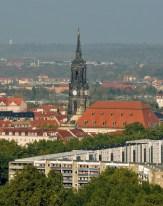 Dreikönigskirche inmitten von Häusern; Ausblick von oben