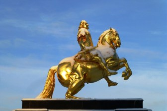 Statue eines Goldenen Reiters; Reiter auf Pferd