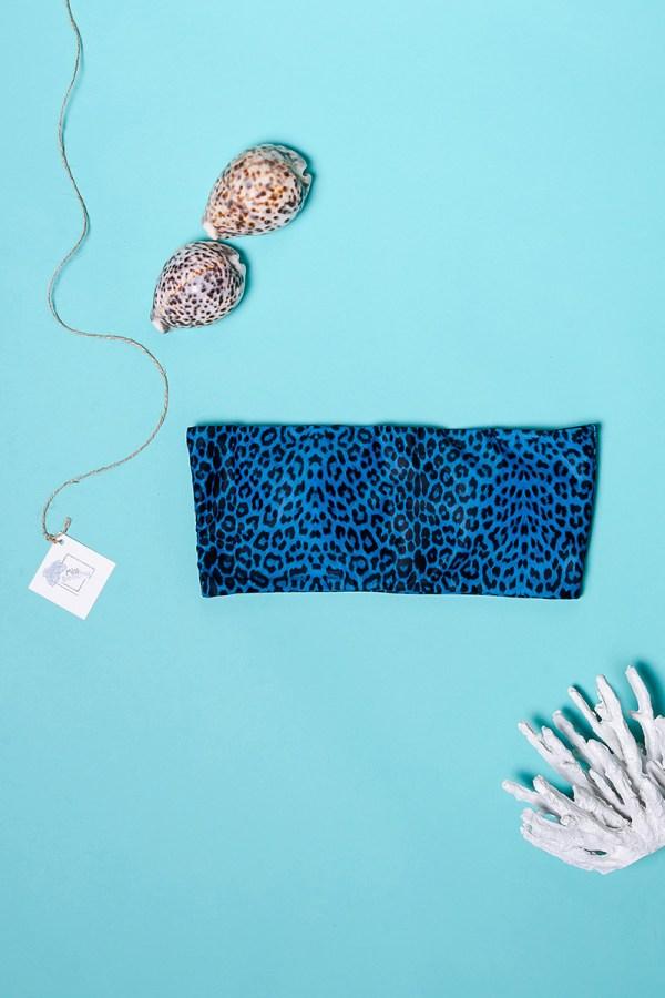 Μπικινι τοπ από λεοπαρ μαγιο στραπλες για ομοιόμορφο μαύρισμα. Μπλε μαγιο με wild σχέδιο μπορεί να φορεθεί εύκολα με ένα strapless φόρεμα.