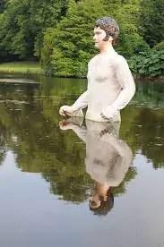 Ora abbiamo davvero visto tutto: un Darcy gigante nel laghetto di Pemberley vi mancava?