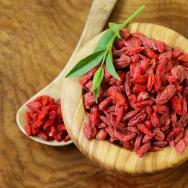 """Goji Beeren: Ebenfalls zu den """"neuen"""" Superfoods zählen die Goji Beeren. Die Beeren sind echte Powerfrüchte. Sie stärken die Leber und Nieren, regulieren Blutdruck und Blutzuckerspiegel und enthalten eine Menge Vitamin A, Vitamin C sowie Mineralstoffe und Spurenelemente. Bereits 50 Gramm Goji-Beeren decken die Hälfte des Eisen-Tagesbedarfs eines Erwachsenen ab. (c) Fotolia"""